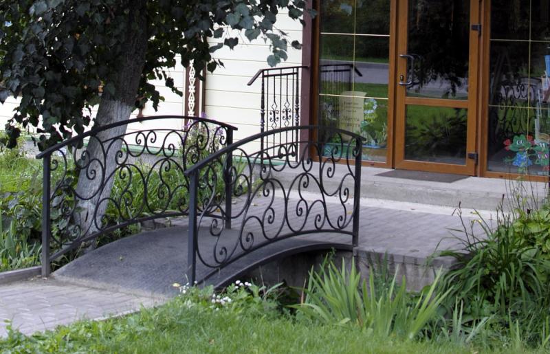 Дмитров. Простенький милый мостик через канавку у входа в не менее милый магазин сувениров