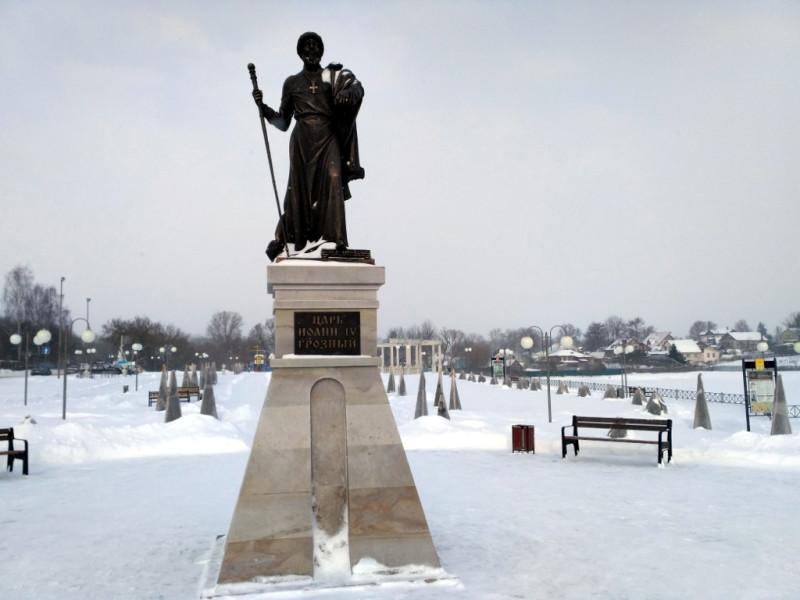 А иногда и вполне зримо. Памятник Грозному Ивану стоит на самом почетном месте – на набережной реки Серой