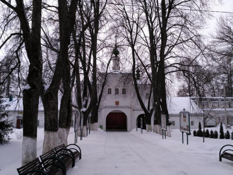 Самые красивые ворота Александровского кремля украшает Федоровская (Федора Стратилата) надвратная церковь