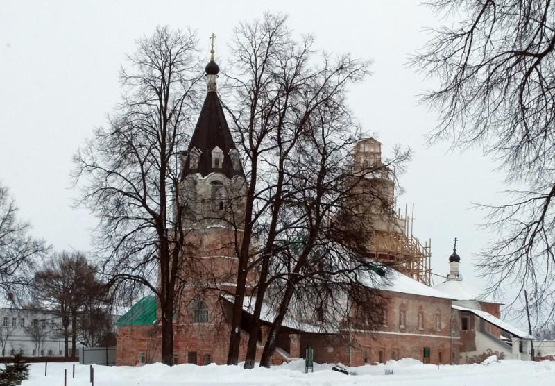 Покровский собор – бывшая домовая церковь царской семьи. Построена в 1510-х годах и официально считается первой шатровой церковью России. Первый образчик нового стиля, так сказать