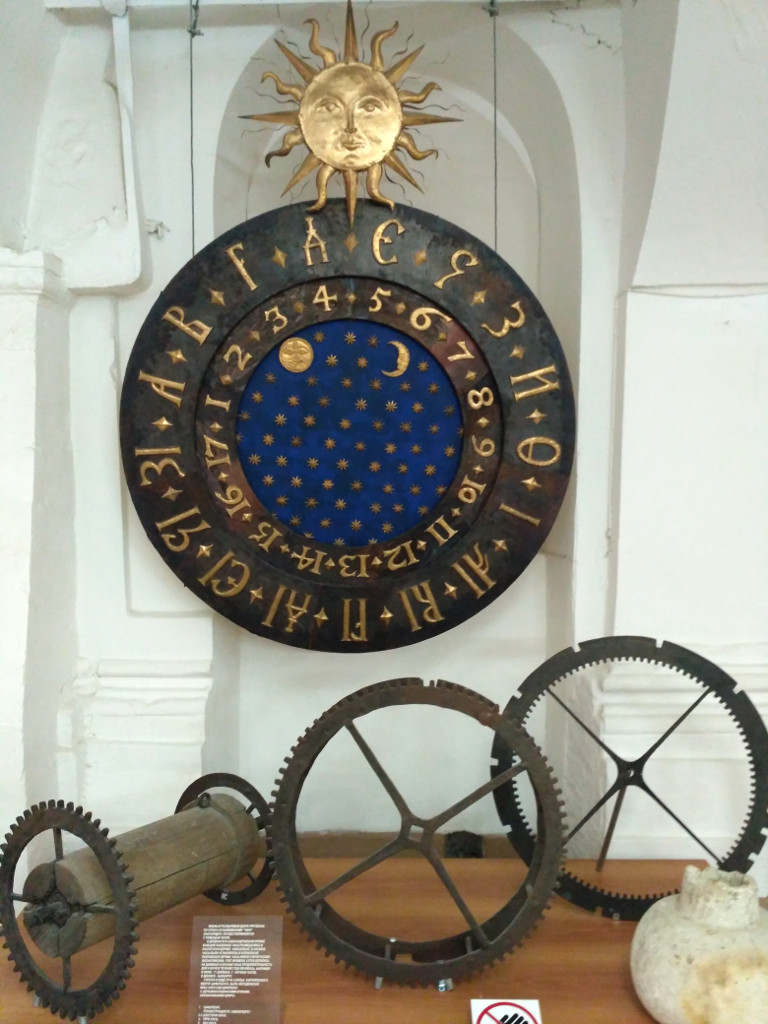 Циферблат и части механизма старинных часов Покровского собора