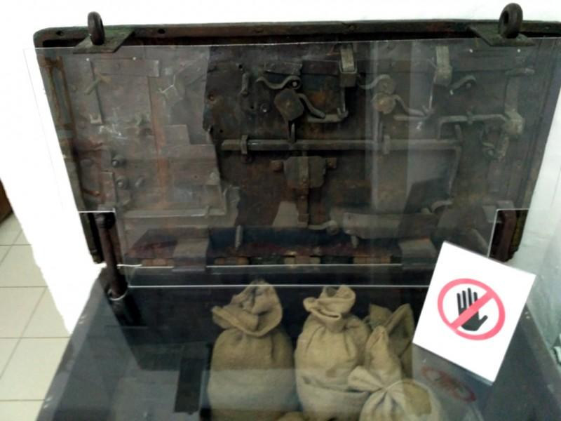 Тайны ещё одного старинного механизма - сундука-сейфа до сих пор тщательно оберегают от посетителей. Интересно, а что там в мешочках за бронестеклом хранится?