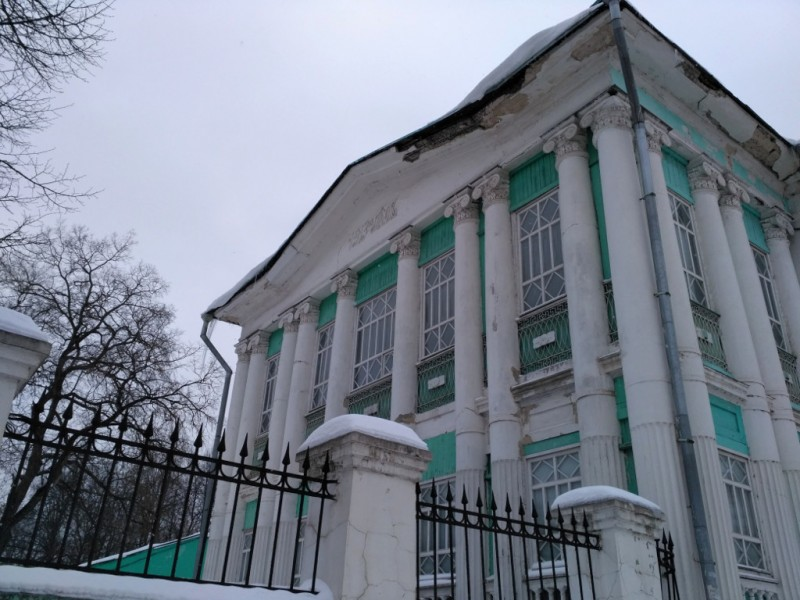 Чем, к сожалению, не может похвастаться особняк Первушина (1874 г.). Ведь в нём располагается всего-то Александровский художественный музей. Ему с рестораном точно не тягаться…