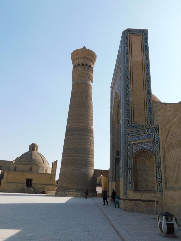 Минарет Калян на фоне входного портала мечети Калян. По соединяющему их мостику в минарет пять раз в день проходил муэдзин, чтобы призвать правоверных на молитву