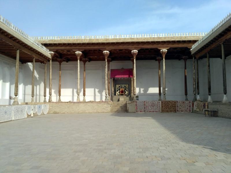 Согласитесь, тронный зал бухарского эмира после великолепия мечетей и медресе выглядит очень скромно. И никакие ковры не помогают…
