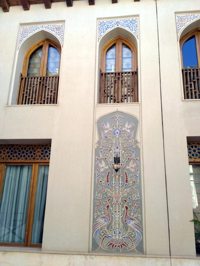Потому что все окна выходят в вот такой чудесный прохладный и уютный внутренний дворик