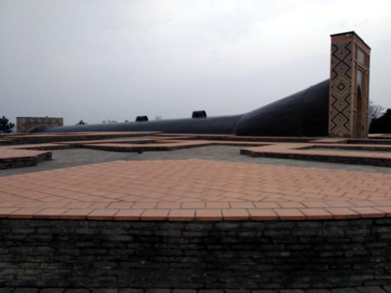 Эта низенькая стеночка обозначает границу здания обсерватории. А уцелевшая часть дуги квадранта прячется от дождя и солнца вот в этой «трубе»