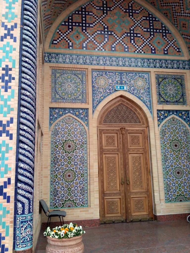 Кстати, обратите внимание на дверь. Узбекские усто (мастера) великолепно работают по дереву. Деревянные резные двери в Узбекистане – отдельный вид искусства