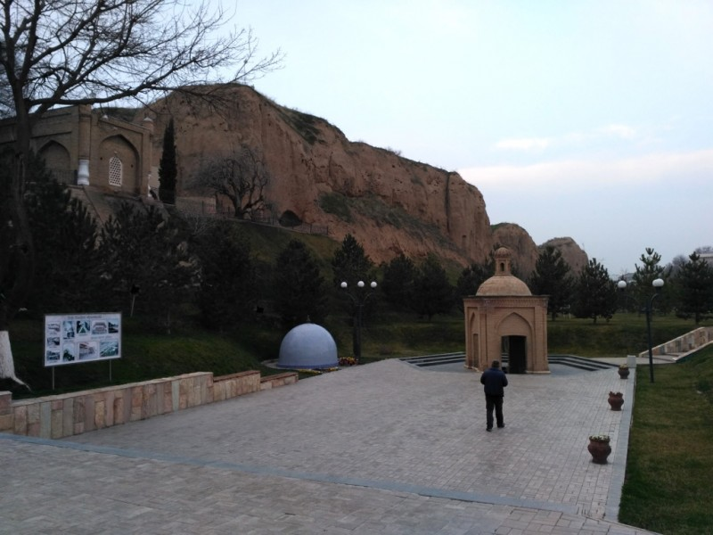 Мавзолей Даниила/Даниёра (слева вверху), святой источник и место удара копыта лошади (бирюзовый купол) на фоне глинистых обрывов Афросиаба