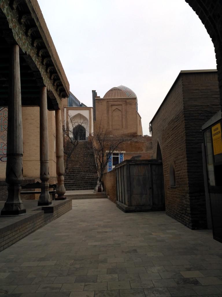 Мечеть с летним айваном – слева, медресе – справа. Между прочим, говорят, что в Средневековье Шахи Зинд считался настолько святым местом, что его посещение приравнивалось для правоверного к хаджу в Мекку!