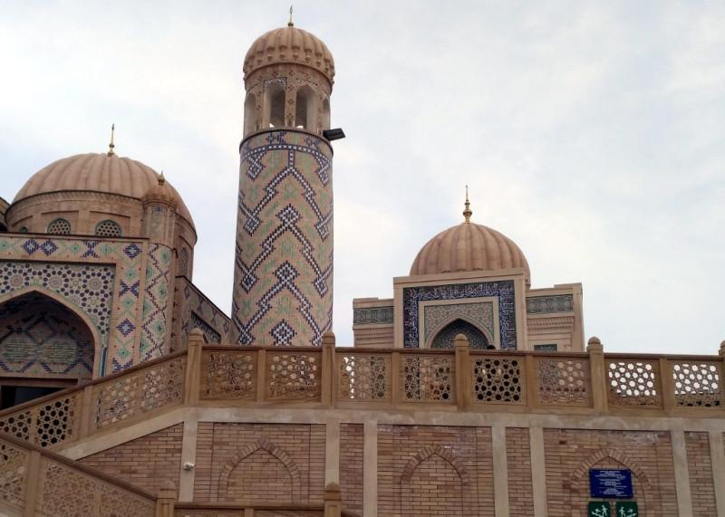Мавзолей Ислама Каримова - справа от минарета. Вписать его в объект всемирного наследия ЮНЕСКО было совсем не просто. Но что не сделаешь, чтобы достойно почтить память Отца народа!