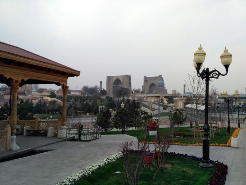 Вид действительно отличный. По центру - айваны мечети Биби Ханым, а чуть правее них - ещё одна гордость Самарканда, знаменитый Сиабский базар, к которому ведет симпатичный крытый мостик