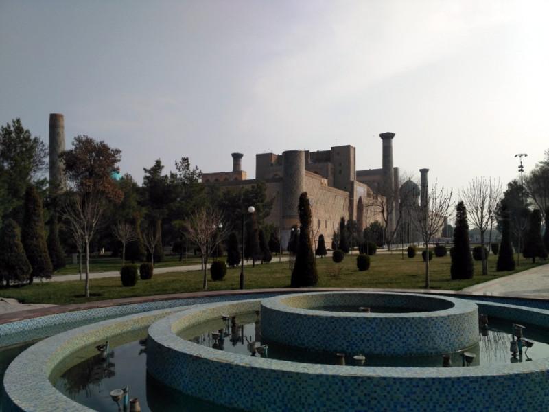 Вид на медресе Улугбека с противоположной от Регистана стороны. Не все его минареты выдержали испытание временем