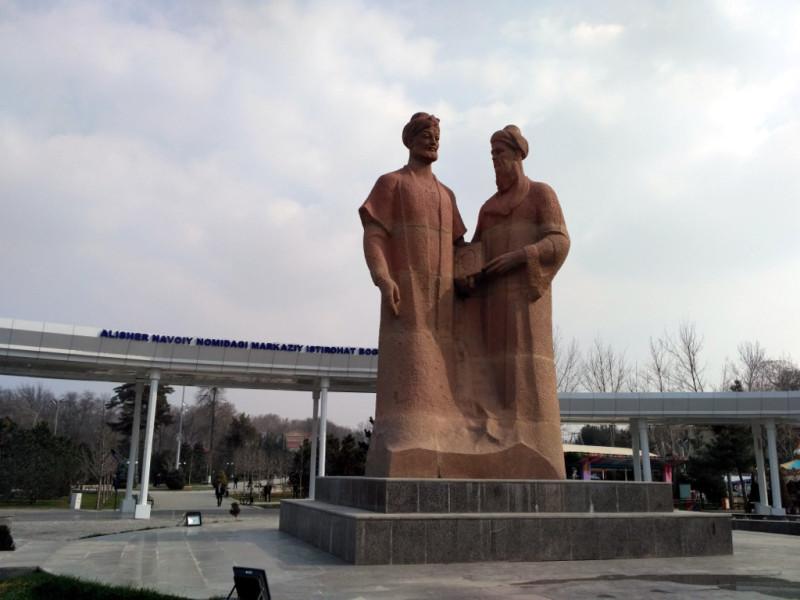 Вход в главный городской парк имени узбекского «Пушкина» - великого Алишера Навои. Вот он слева. А справа – его наставник и друг, не менее известный в свое время поэт, ученый и философ (и много ещё кто) Джами
