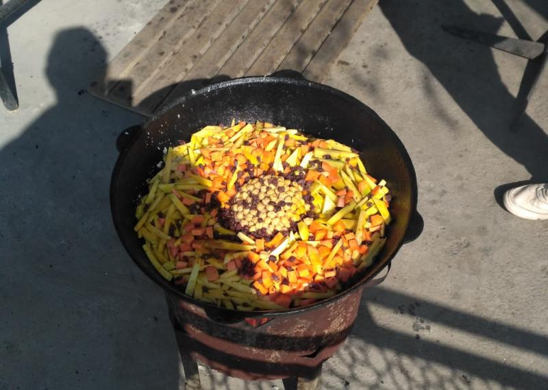 Долго выспрашивал повара – что это такое «жёлтое в тарелке». Поняв наконец-то, о чём это я, он в недоумении пожал плечами – «морковка»! А я то и не узнал её в гриме!