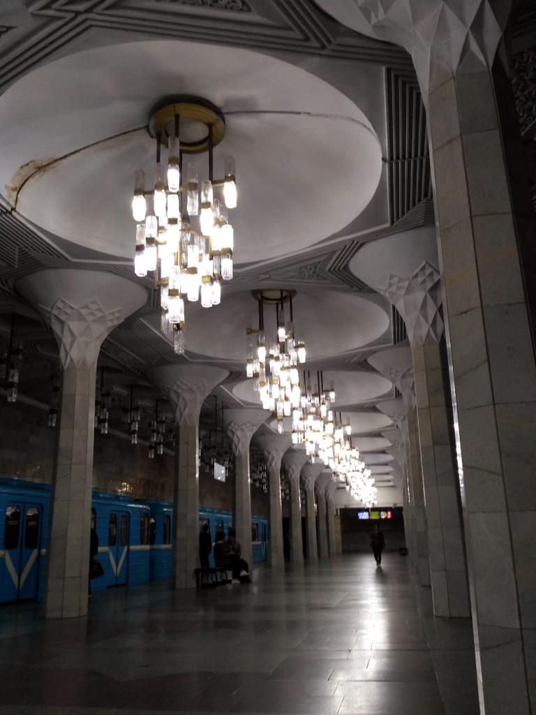 Света, конечно, не хватает, чтобы по достоинству оценить красоту станции «Мустакиллик», но, согласитесь, подземные дворцы старых станций Московского метрополитена (да и самые новые тоже) выглядят, как минимум, помасштабнее