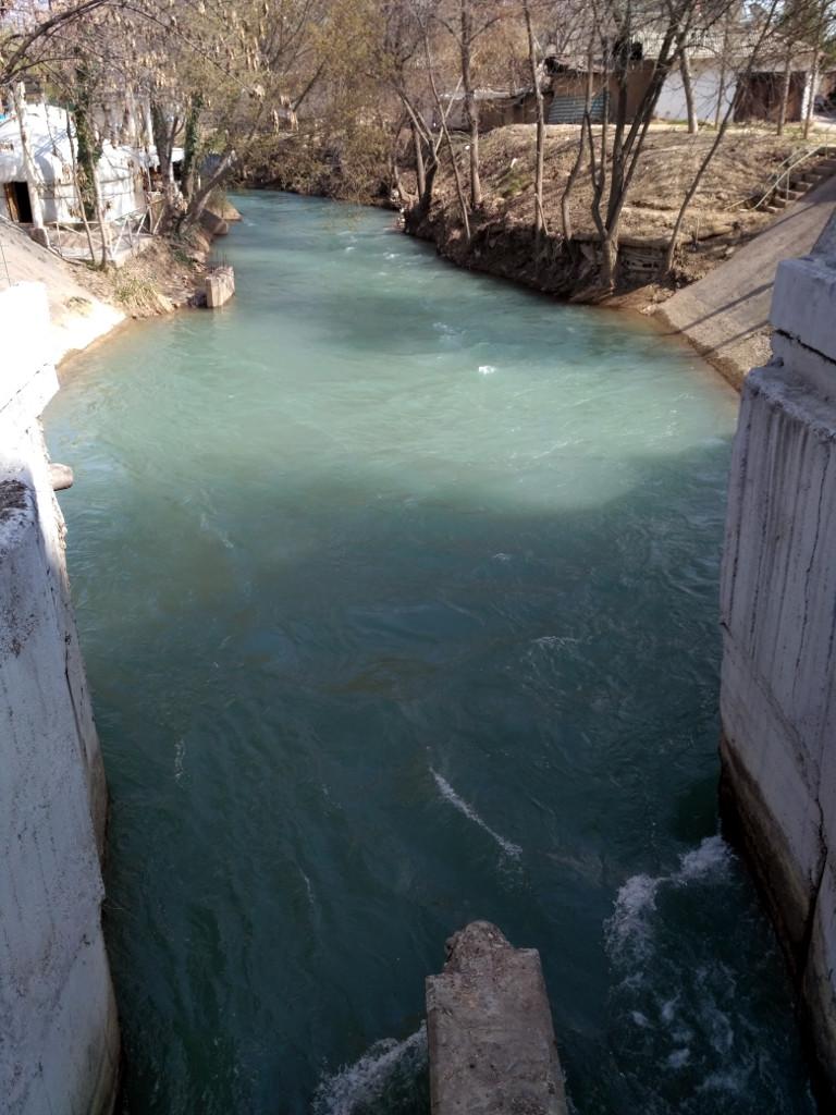 А такое же ответвление Бозсу, как и Анхор – канал Калькауз выглядит откровенно диким и неухоженным, хотя тоже проходит недалеко от центра