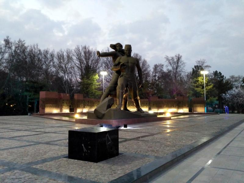 В память об этом страшном событии через 10 лет в центре Ташкента, на месте одного из разрушенных городских районов, появился памятник «Мужество»