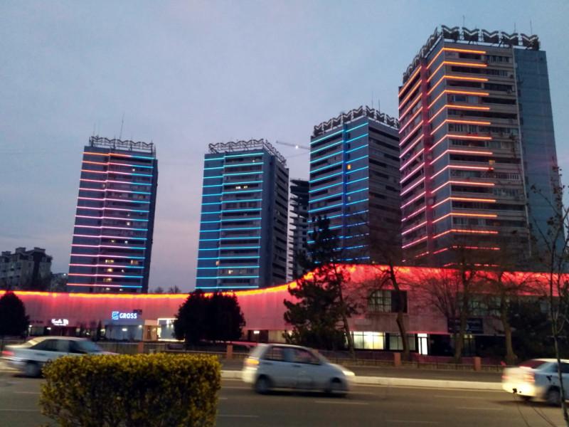 Эти дома, например, подарила Ташкенту Москва. До сих пор площадь Амида Халимджана, вокруг которой они стоят, одно из самых красивых мест Ташкента. Особенно вечером