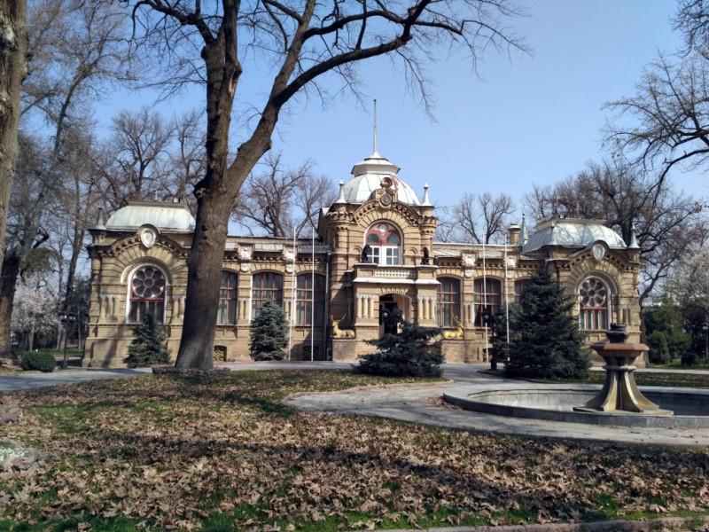 Сегодня это дом приемов МИД Узбекистана, поэтому внутрь попасть нельзя. А там должно быть много интересного!