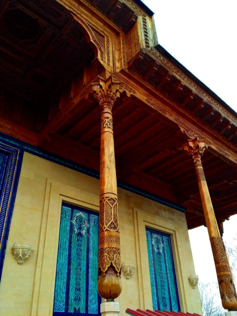…и великолепными резными деревянными айванами, красивее которых я ещё не видел