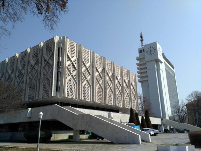 Вот, например, красавец – бывший музей Ленина (1970 г.), сегодня – музей истории Узбекистана, в паре с бывшим Домом печати (1979 г.) образуют очень симпатичный и вполне современный вид.