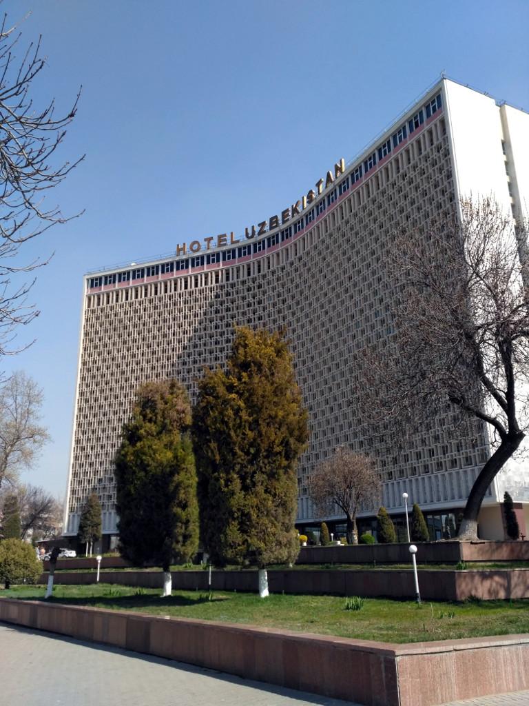 Гостинница «Узбекистан» (1974 г.) в отличие от многих других значимых ташкентских зданий советской эпохи сохранила оригинальные «зноезащитные» декоративные решетки, придающие ей необычный вид, а по вечерам образующие гигантский рекламный «телевизор» прямо позади конной статуи Амира Темура