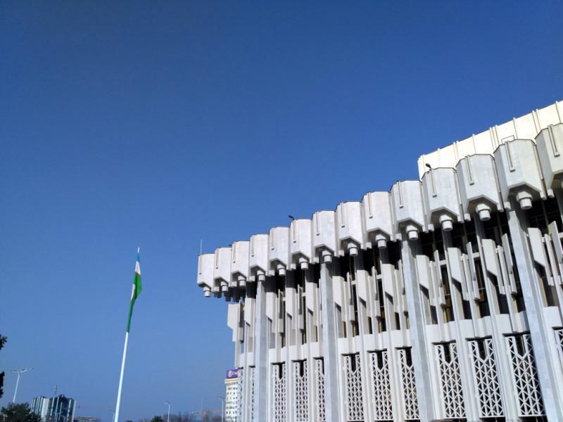 Ну и конечно, циклопическое здание Дворца Дружбы народов (1980 г.) на одноименной площади – главный концертный зал Узбекистана. И где же ещё висеть огромному национальному флагу?