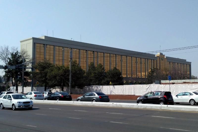 Бывшее советское здание Совета Министров и Верховного Совета УзССР (сегодня - Кабинет министров Узбекистана) тоже сделали «богато» с помощью все того же керамогранита и «золотых» стекол.