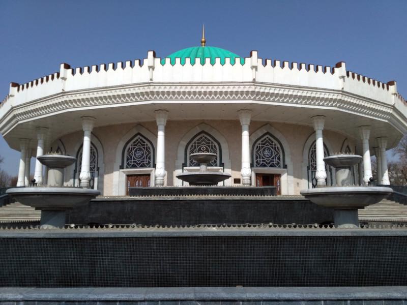 И опять - молчащий фонтан не дает оценить здание во всей красе