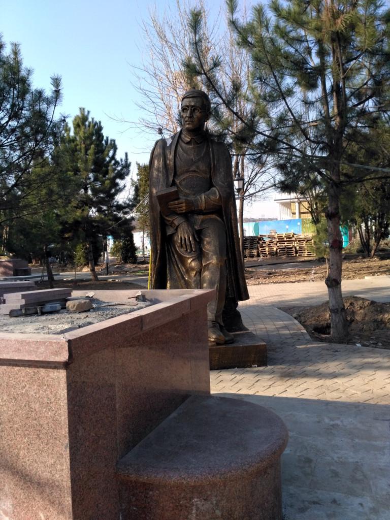 А вот Аллея Поэтов, для которой со всего города собрали памятники узбекским поэтам - ещё нет. И поэты могут, прежде чем забраться на новый пьедестал, немного отдохнуть в тенечке