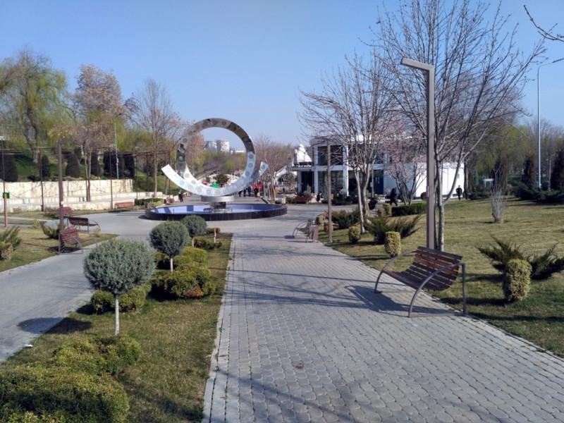 """Экопарк – самый """"спортивный"""" из всех парков Ташкента. Площадки с тренажерами, теннисные корты, вело- и беговые дорожки сложного рельефа, небольшой пруд с лодками, рядом канал Салар. По дорожкам ездят, ходят, бегают модные ташкентцы и ташкентки. Гуляют мамы с колясками. Красота!"""