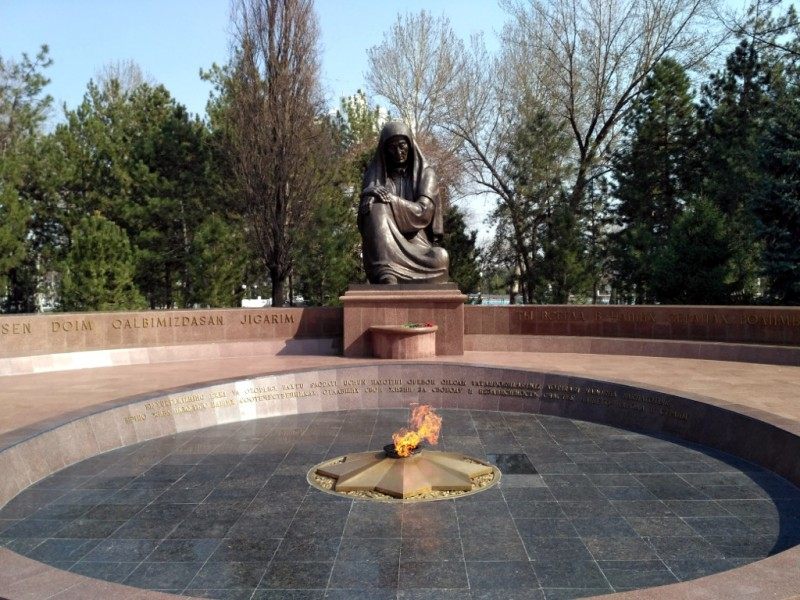Мемориал был капитально реконструирован уже при Независимости – в 1999 г., поэтому не удивляйтесь непривычной форме звезды вечного огня…
