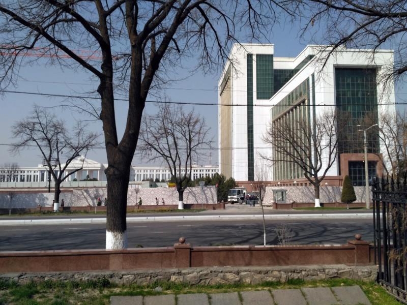 На переднем плане - зашитое в керамогранит и черное стекло оригинальное советское здание Министерств (сегодня занято Министерством образования),  на заднем - здание Сената (Парламента) построенное на месте уцелевшей в землетрясение 1966 года и снесенной в 2004 году сталинки - Республиканской библиотеки имени Навои (1948 г.) имевшей приблизительно такой же масштаб.