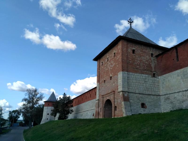 Южная стена Зарайского кремля. По центру воротная Спасская, слева – юго-западная Тайницкая башни