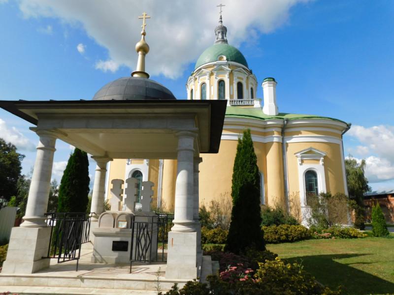 Сень-шатер и три креста над княжеской могилой