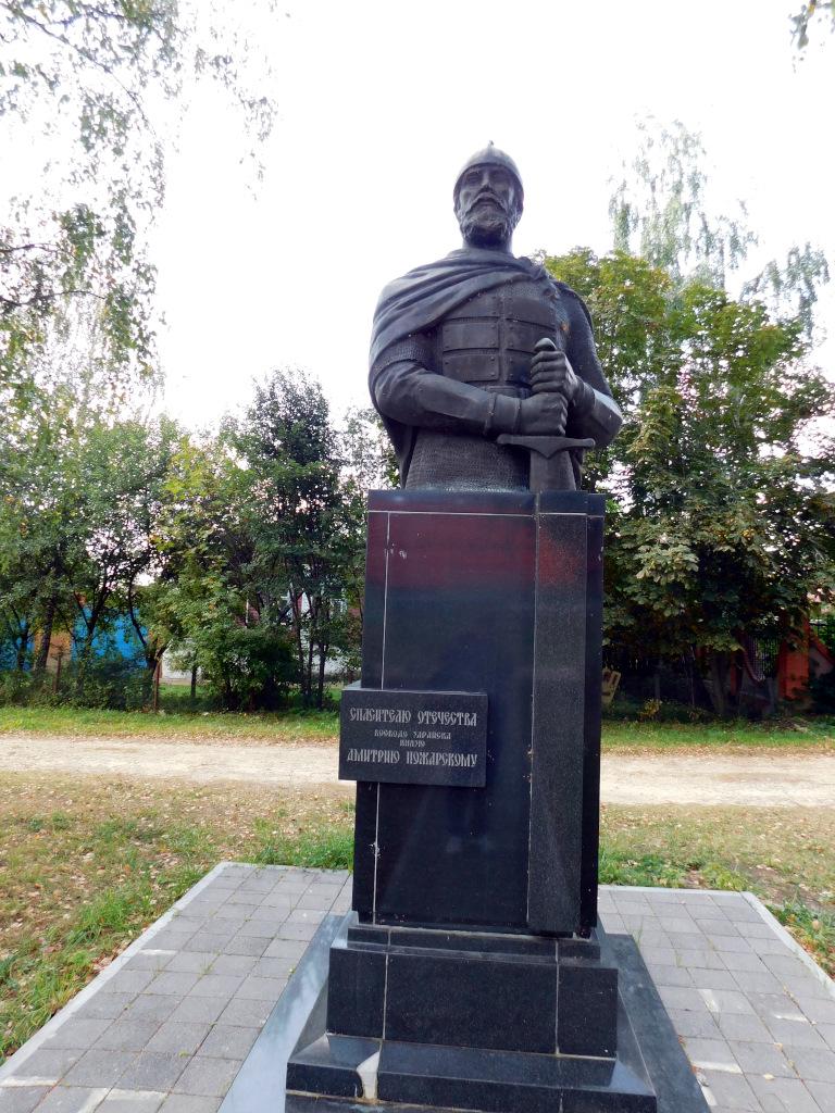 По дороге к плотине не забудьте поклониться спасителю Отечества - князю Дмитрию Пожарскому, бывшему в Смутное время воеводой Зарайска
