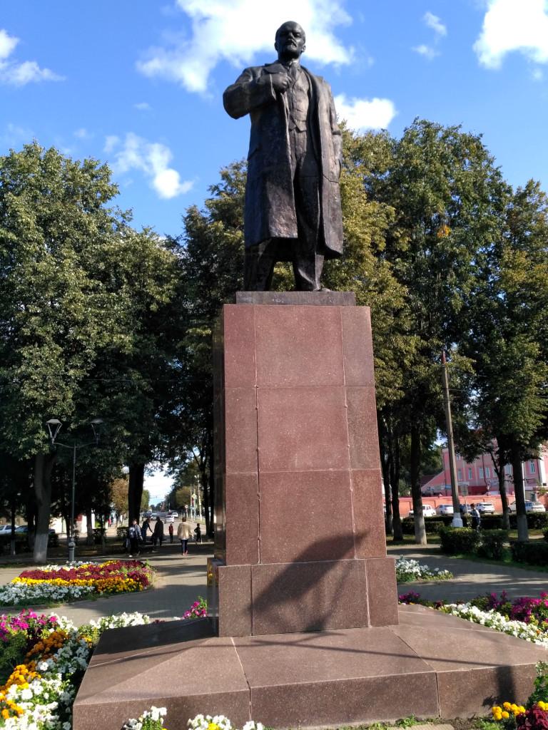 Дедушка Ленин захватил очень симпатичный круглый сквер на Советской площади и теперь с необыкновенно интеллигентным и задумчивым видом спокойно отдыхает среди цветов