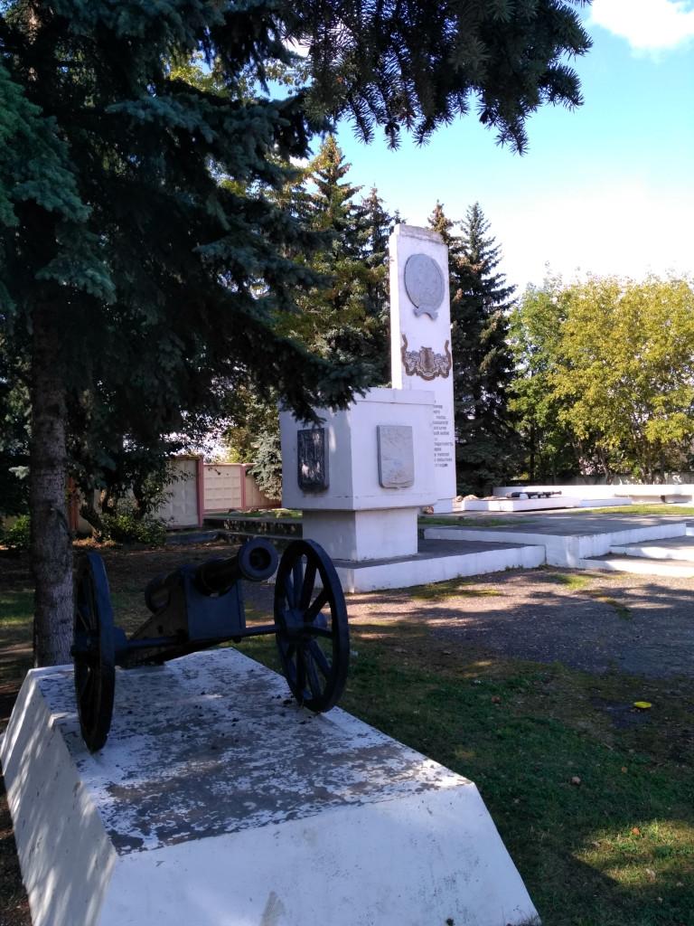 Памятник 140-му Зарайскому пехотному полку, отличившемуся в русско-турецкой войне 1877-1878 годов. В Болгарии до сих пор существует село Зараево, переименованное в честь воинов полка