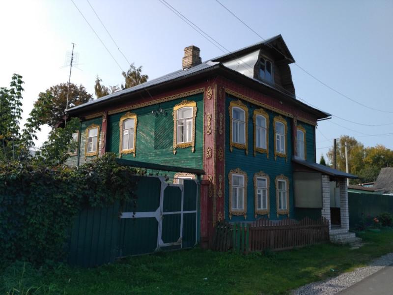 Ещё один симпатичный дом Заречья стоит прямо на набережной Кимрки. Да, у неё и набережная есть, не улыбайтесь снисходительно, не такая уж она (речка) и маленькая!