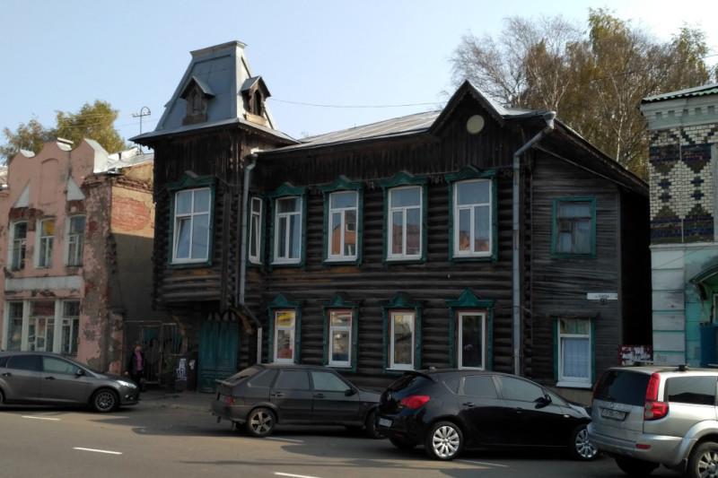 А вот дом купцов Серепьевых (1910 г.) - наследие хозяев жизни из предыдущей эпохи