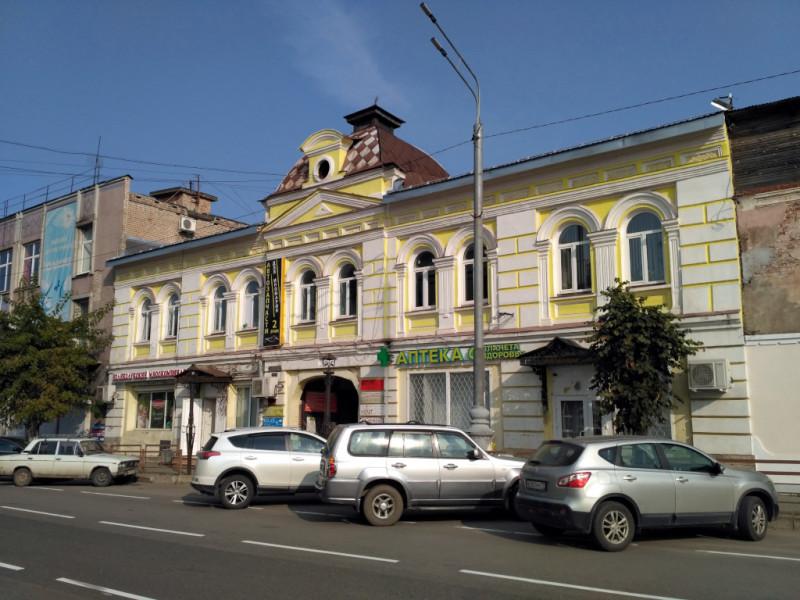Дом купца Собцова (1895 г.) на момент постройки был самым роскошным зданием Кимр, да и сегодня выглядит вполне себе, особенно на фоне серого бетонно-кирпичного соседа...