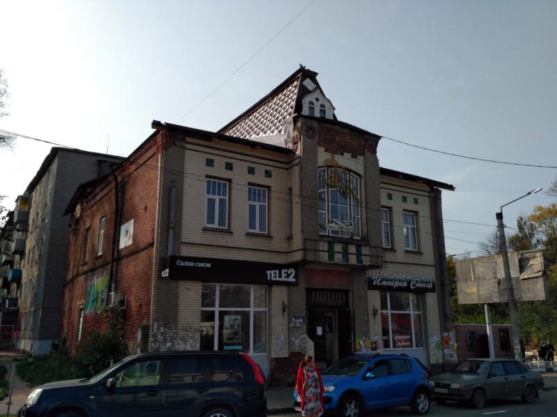 Жилой дом купца Тихомирова (1916 г.), как положено, с магазином на первом этаже