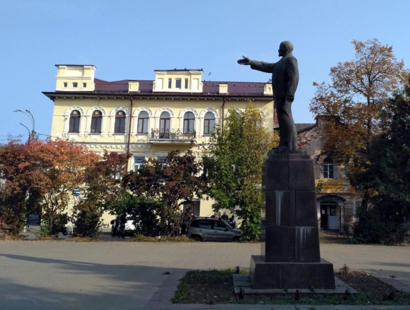 Вам не кажется, что Владимир Ильич с удовольствием показывает именно на купеческий дом? И как прикажете это трактовать с точки зрения марксизма-ленинизма?