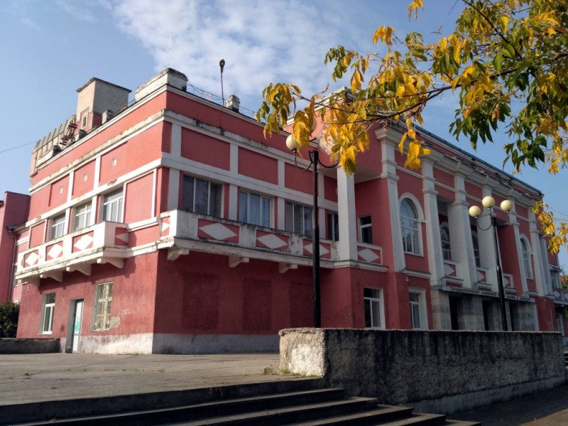 Здание выглядит немного потрепанным. Но главное ведь — внутри, а не снаружи, правда? Хотя и краску подновить не мешало бы, всё-таки храм искусства...
