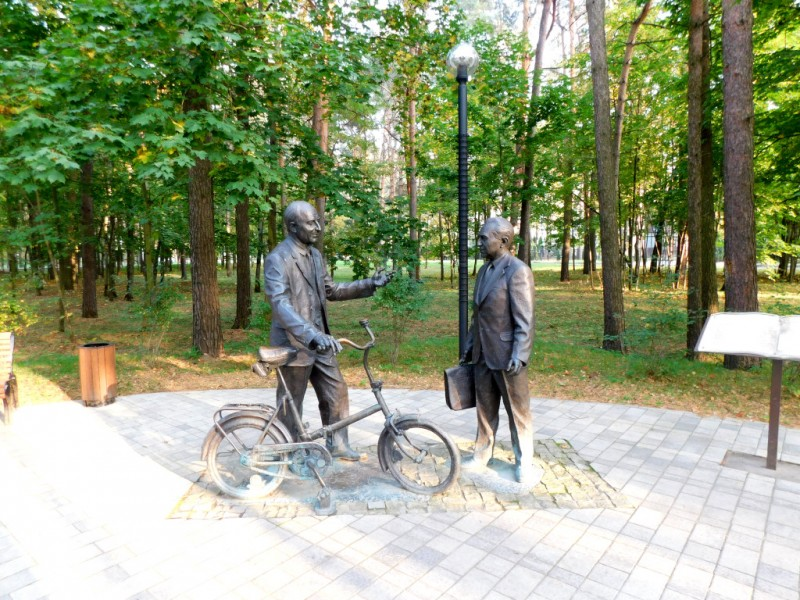Физики всегда были нетрадиционными (в хорошем смысле этого слова) людьми. Вот и Дубна стала первым в Советском Союзе «городом велосипедистов». Ездили, кажется все – от мала до велика. И дворники и академики. Вот, пожалуйста, даже памятник есть, на месте, где академик Понтекорво учил ездить на велосипеде академика Джелепова…