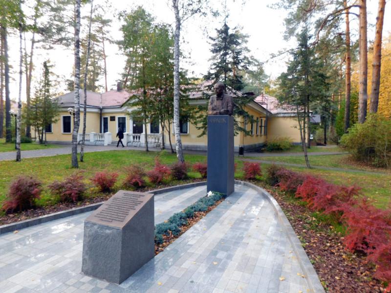 У ОИЯИ и свой музей есть, маленький, но симпатичный. А на переднем плане – памятник ещё одному из основателей института – академику Франку
