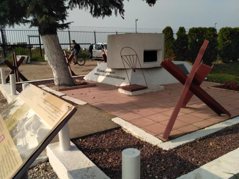 Памятный знак «Дот», установлен на плотине Иваньковской ГЭС в память её защитников-зенитчиков в 1975 году