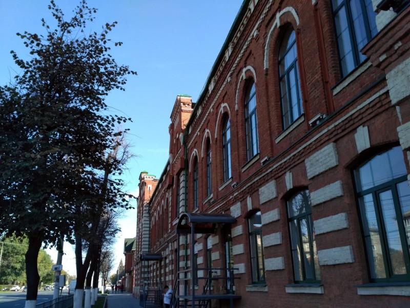 Таких типовых (!) зданий, после введения в России в 1903 году государственной монополии на производство алкогольных напитков, по всей стране было построено множество.