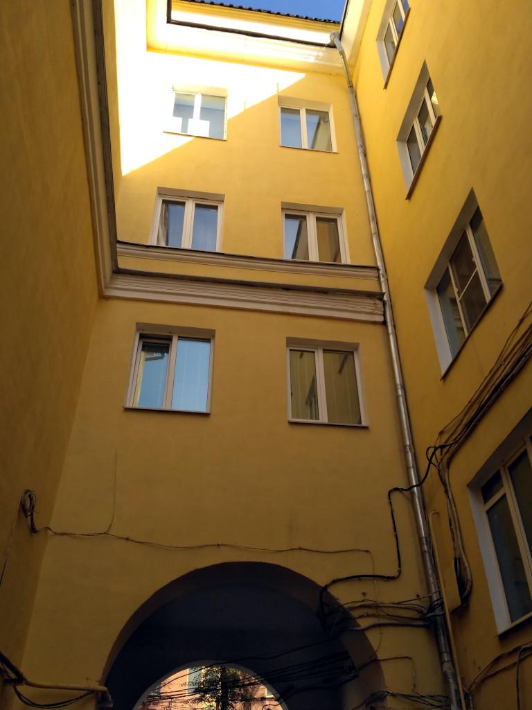 И, что ценно, не халявничают и ремонтируют не только парадную сторону домов!
